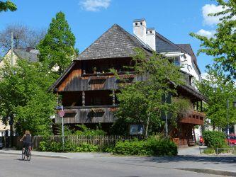 b_333_250_16777215_00_images_alter-herbergshof-moeglicherweise-ehem-bauernhof-in-muenchen-haidhausen-2-3562e91c-bb95-4061-9813-e5f8d2b456f7.jpg